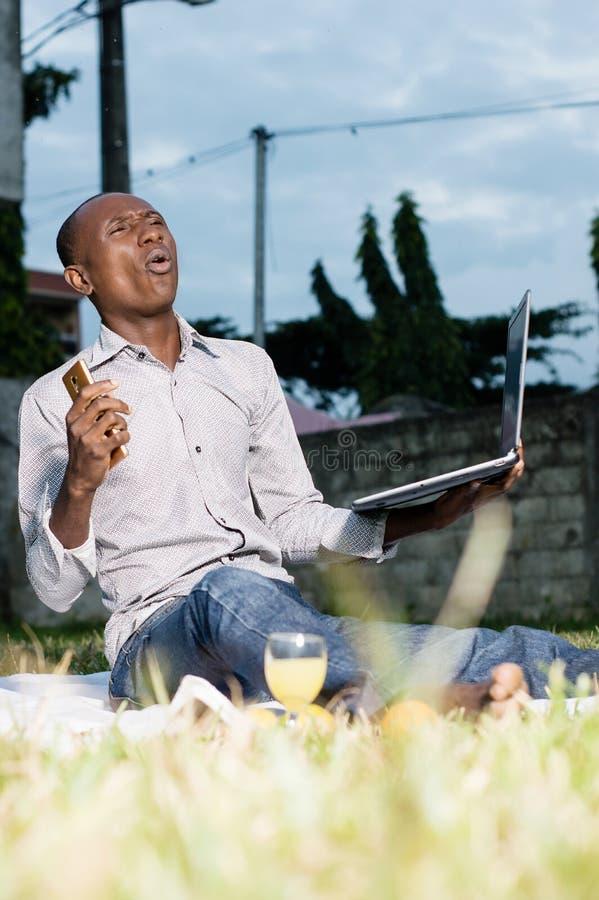 Homme d'affaires heureux avec l'ordinateur portable à disposition photo stock