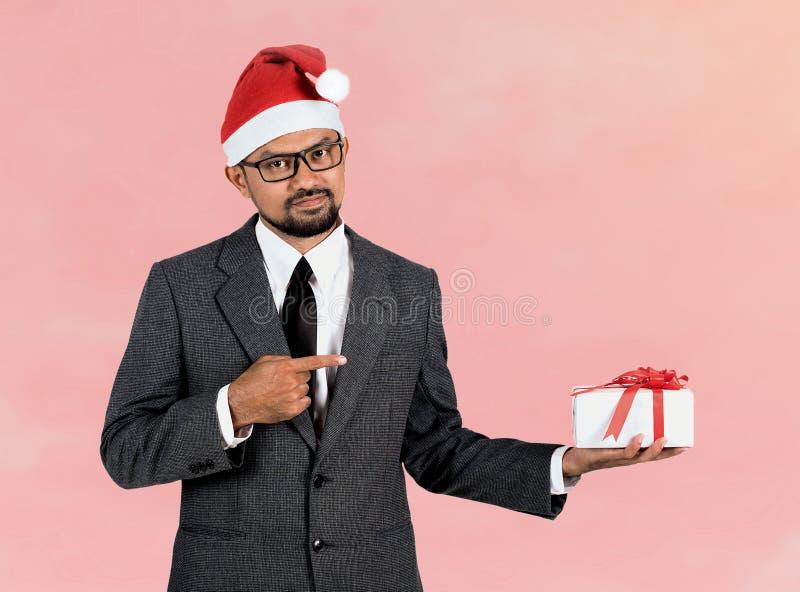 Homme d'affaires heureux avec le cadeau images stock
