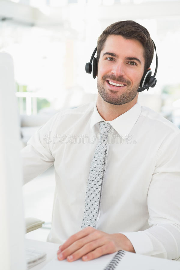 Homme d'affaires heureux avec le casque agissant l'un sur l'autre photographie stock libre de droits