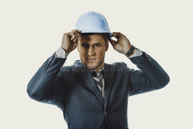 Homme d'affaires heureux avec le casque antichoc bleu photos libres de droits