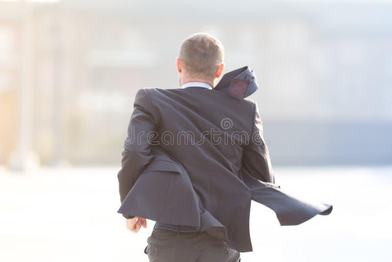 Homme d'affaires heureux courant dans la ville photo libre de droits