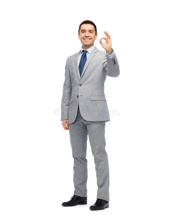 Homme d'affaires heureux dans le costume montrant le signe correct de main photos libres de droits