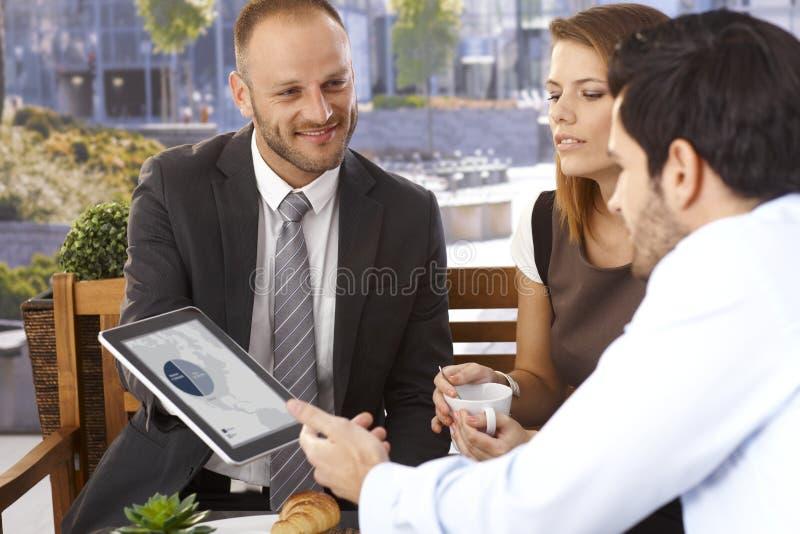 Homme d'affaires heureux faisant la présentation avec le comprimé images libres de droits