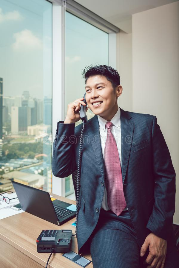 Homme d'affaires heureux parlant au téléphone photo stock