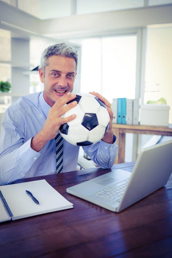 Download Homme D'affaires Heureux Regardant L'appareil-photo Et Tenant La Boule De Pied Image stock - Image du heureux, adulte: 56482543