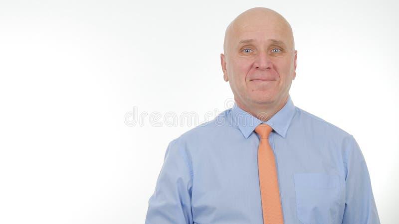 Homme d'affaires heureux Smile dans une entrevue de présentation regardant à la caméra photographie stock libre de droits