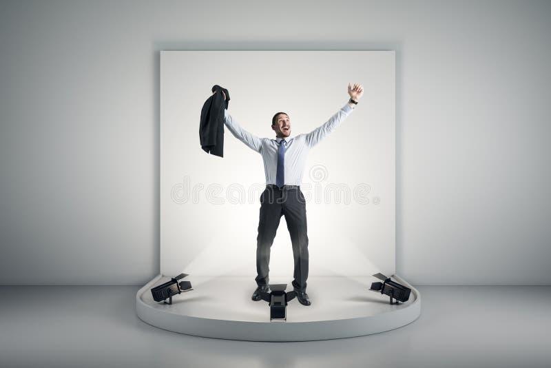 Homme d'affaires heureux sur le podium image stock