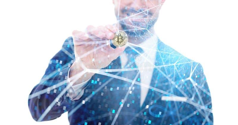Homme d'affaires heureux tenant la pièce de monnaie de bitcoin dans le réseau décentralisé images libres de droits