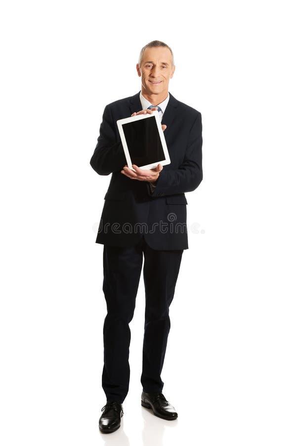 Homme d'affaires heureux tenant le comprimé numérique photo libre de droits