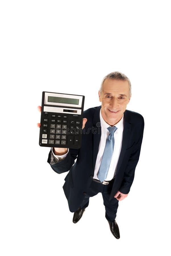 Homme d'affaires heureux tenant une calculatrice photo libre de droits