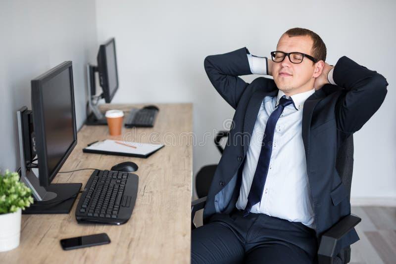 Homme d'affaires heureux d?tendant dans le bureau moderne photographie stock libre de droits