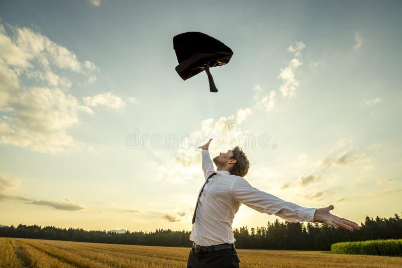 Homme d'affaires heureux Throwing son manteau pour être gratuit photo libre de droits