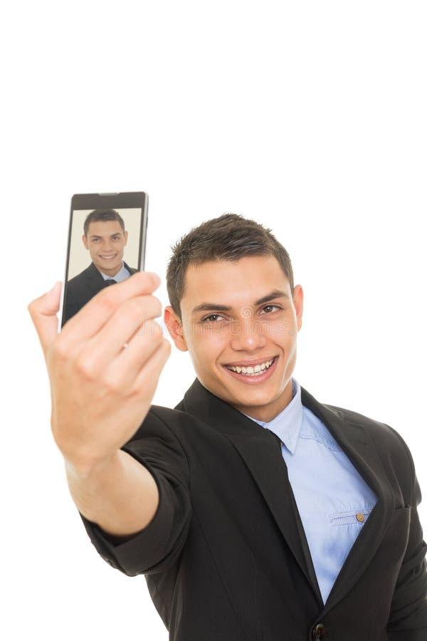 Homme d'affaires hispanique dans le costume prenant un selfie photo libre de droits