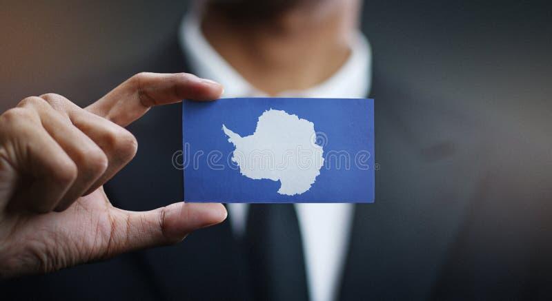 Homme d'affaires Holding Card de drapeau de l'Antarctique photos stock