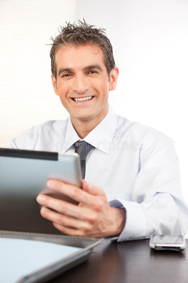 Homme d'affaires Holding Digital Tablet photos stock