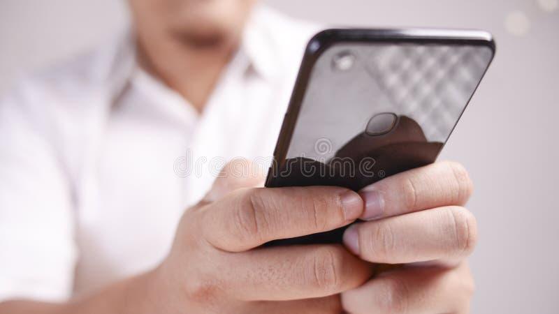 Homme d'affaires Holding et à l'aide du téléphone intelligent photographie stock libre de droits