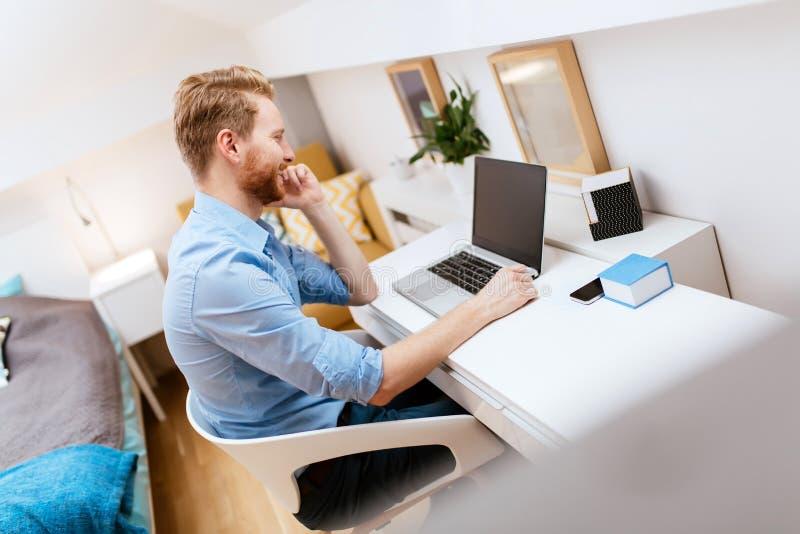 Homme d'affaires indépendant travaillant de la maison image stock