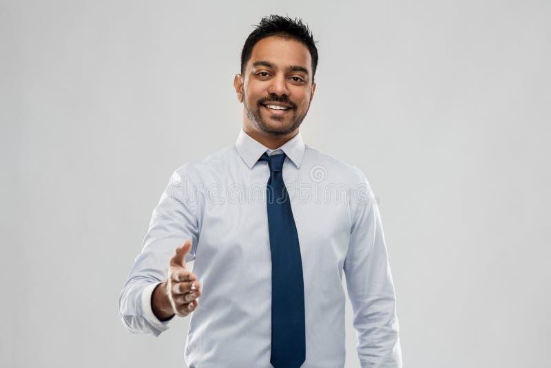 Homme d'affaires indien étirant la main pour la poignée de main photos libres de droits