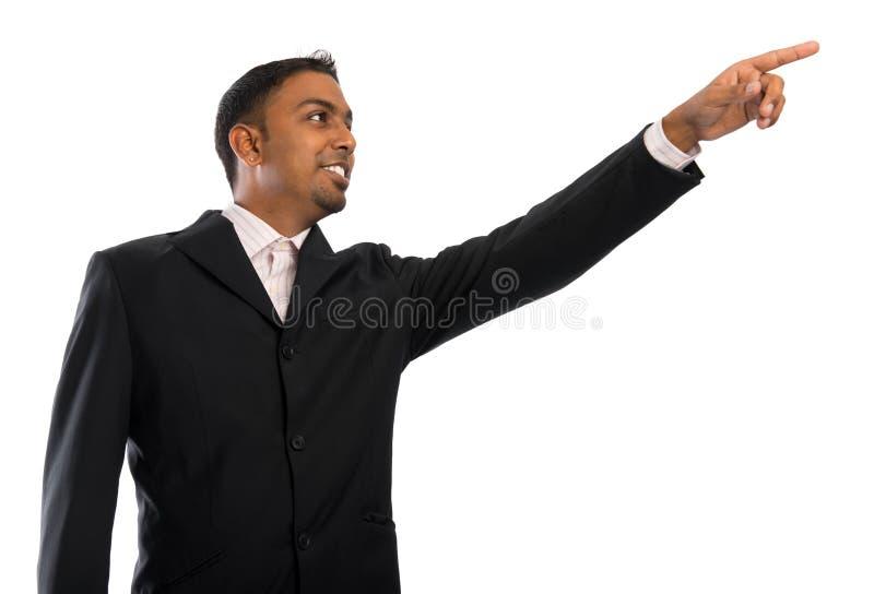 Homme d'affaires indien indiquant l'espace vide photo stock