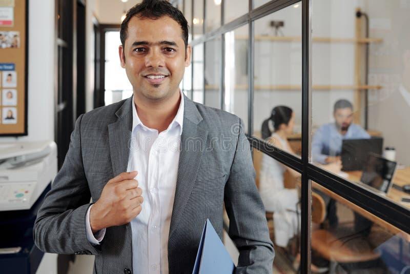 Homme d'affaires indien marchant le long du couloir au bureau image libre de droits