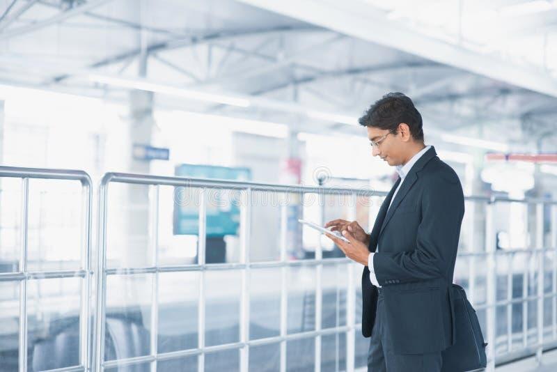 Homme d'affaires indien utilisant la tablette images libres de droits