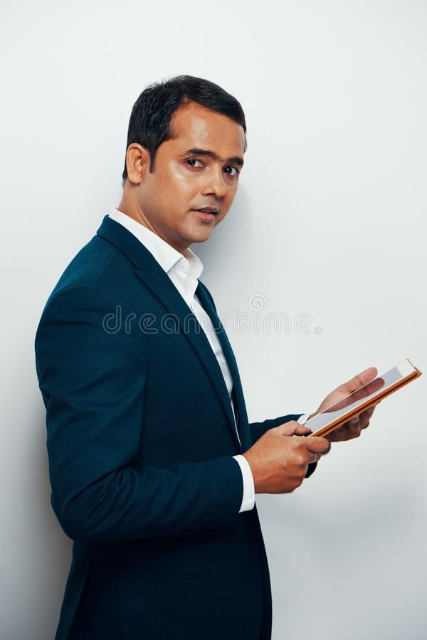 Homme d'affaires indien utilisant le comprimé photo libre de droits