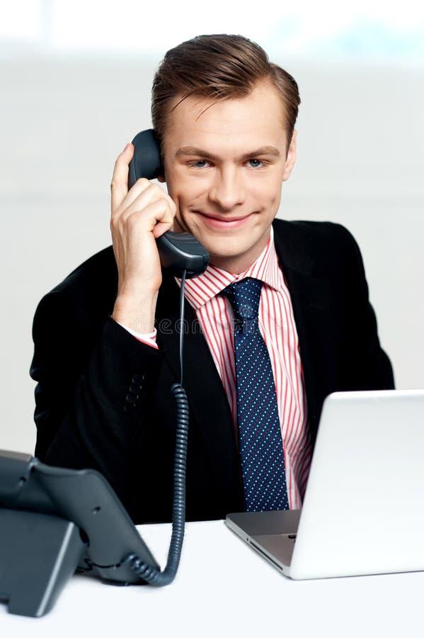 Homme d'affaires intelligent communiquant au téléphone photos stock