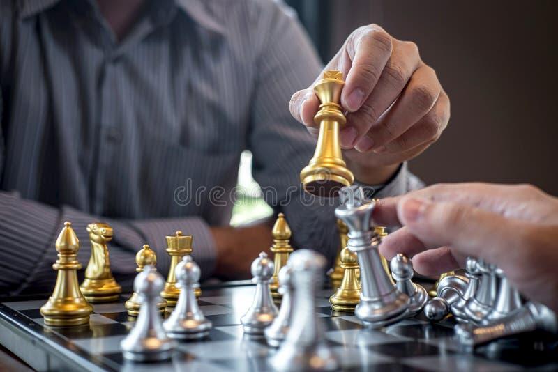 Homme d'affaires intelligent jouant la concurrence de jeu d'?checs avec l'?quipe oppos?e, affaires de planification strat?giques  photos libres de droits