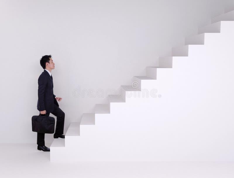 Homme d'affaires intensifiant sur des escaliers image stock