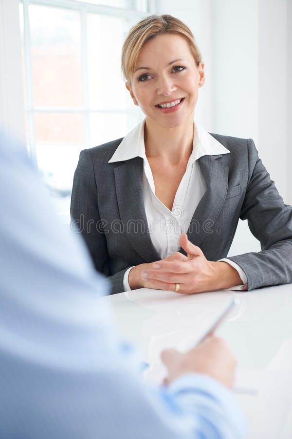 Homme d'affaires Interviewing Female Job Candidate images stock