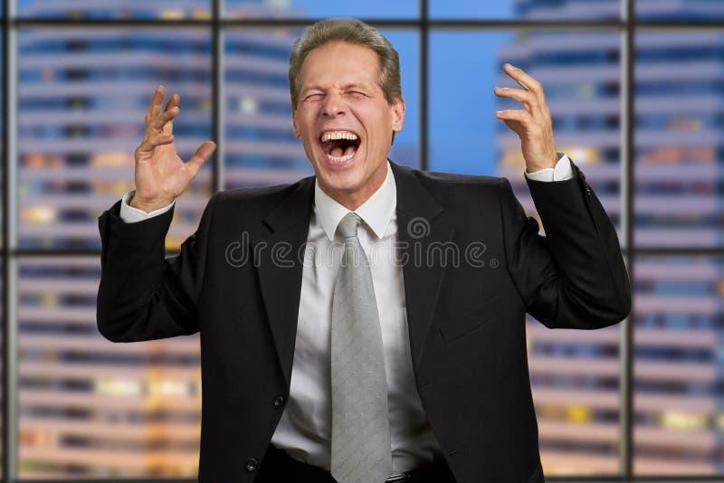Homme d'affaires irrité avec les bras augmentés photo libre de droits