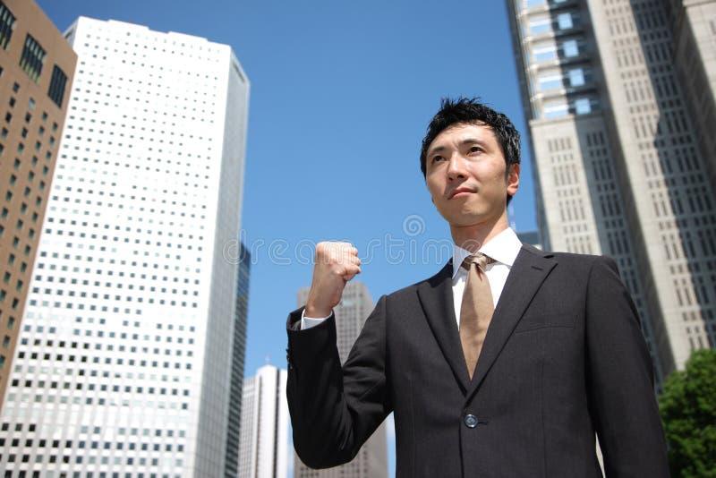 Homme d'affaires japonais dans une pose de victoire image stock