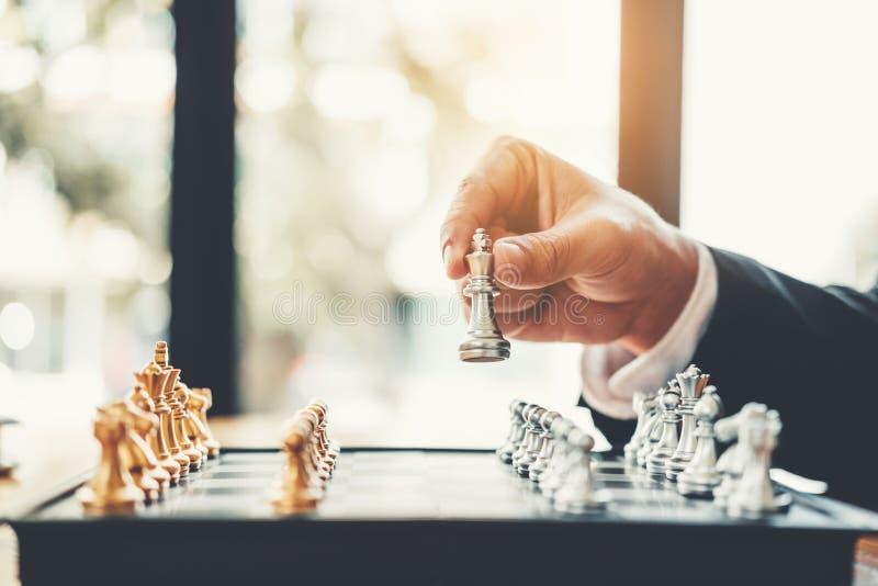 Homme d'affaires jouant la planification de jeu d'échecs du principal succ de stratégie image libre de droits