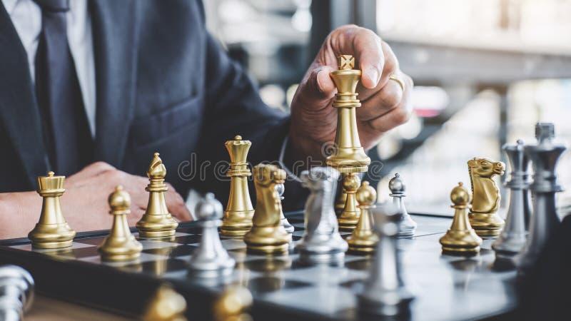 Homme d'affaires jouant le jeu d'?checs atteignant pour pr?voir la strat?gie pour le succ?s, pensant pour la difficult? et la r?a photo stock