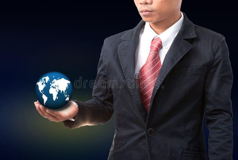 Homme d'affaires jugeant le globe de la terre disponible photos stock