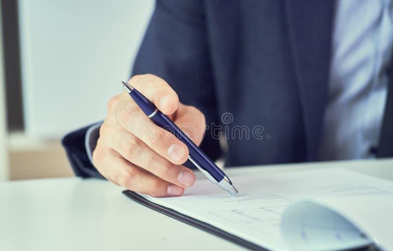 Homme d'affaires lisant le contrat de location avant de faire une affaire Homme d'entreprise avec le stylo ? disposition fonction image stock