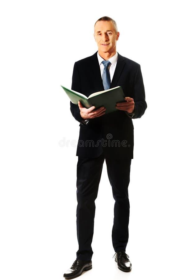 Homme d'affaires lisant son carnet photo libre de droits