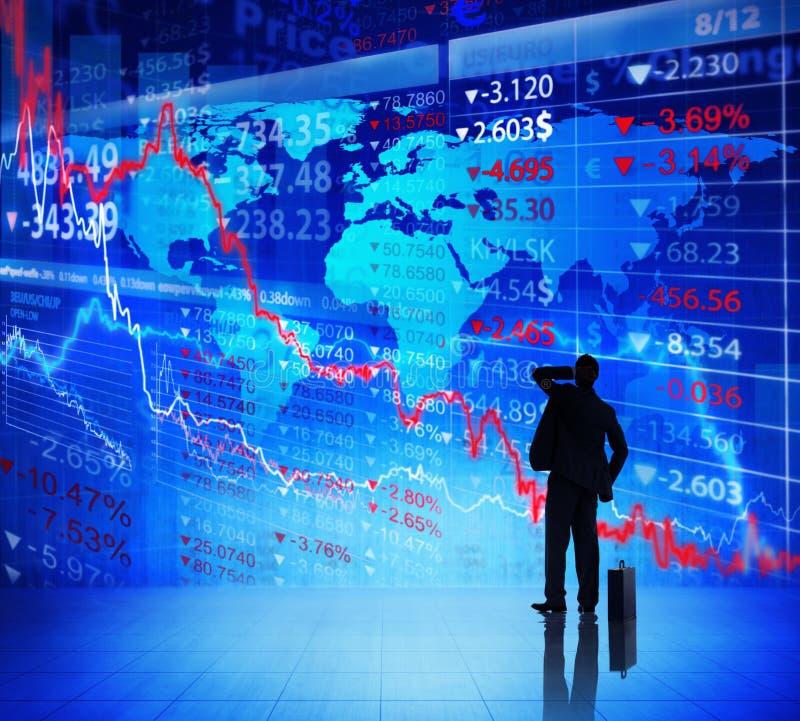 Homme d'affaires Looking sur le diagramme de crise financière photo stock