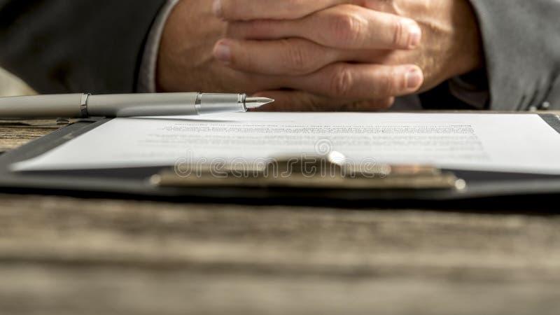 Homme d'affaires lors d'une réunion avec les mains étreintes photos libres de droits