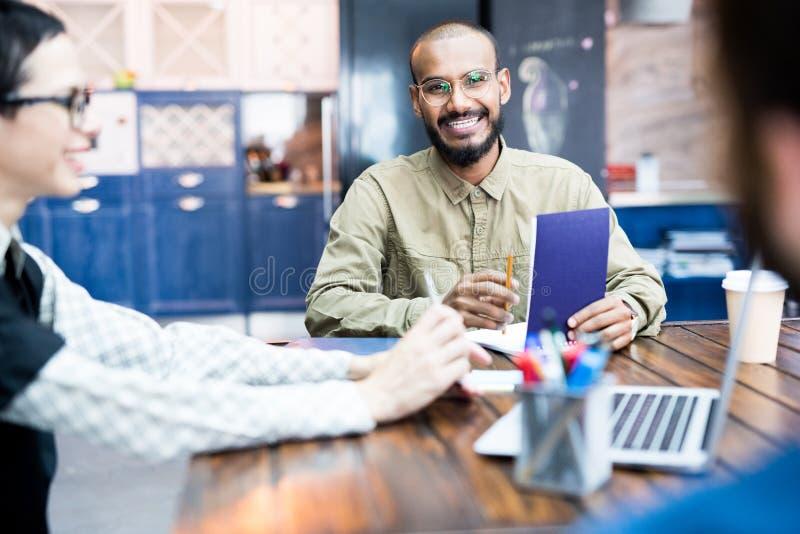Homme d'affaires lors du contact photographie stock