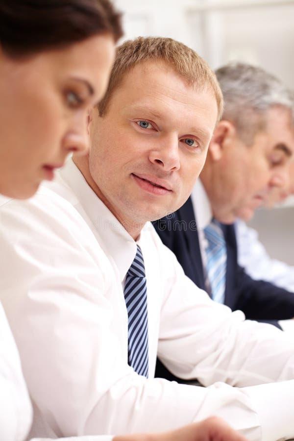 Homme d'affaires lors du contact photos libres de droits