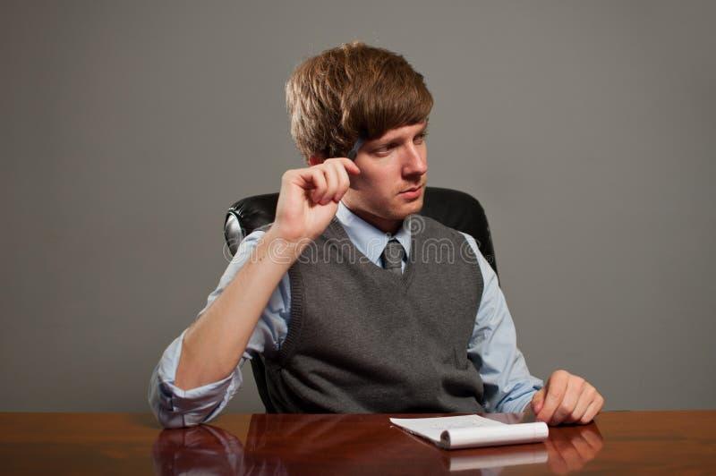 Homme d'affaires lors du contact pensant avec le bloc-notes images stock