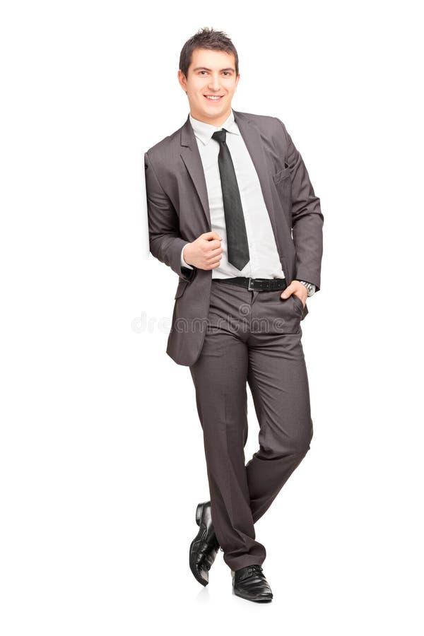 Homme d'affaires mâle de sourire se penchant contre le mur images libres de droits