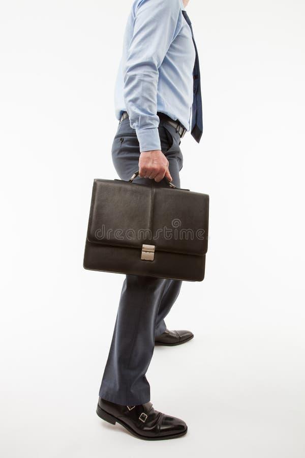 Homme d'affaires méconnaissable tenant une serviette image stock