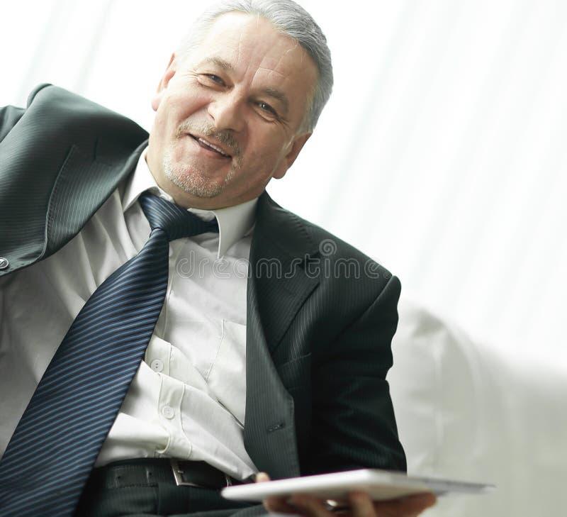 Homme d'affaires m?r discutant des questions de travail Les gens et la technologie photos libres de droits