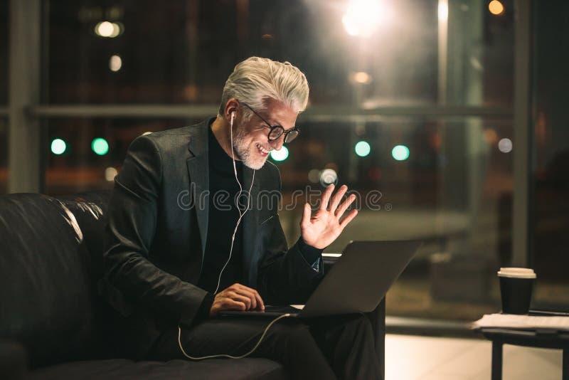 Homme d'affaires mûr faisant l'appel visuel photo libre de droits