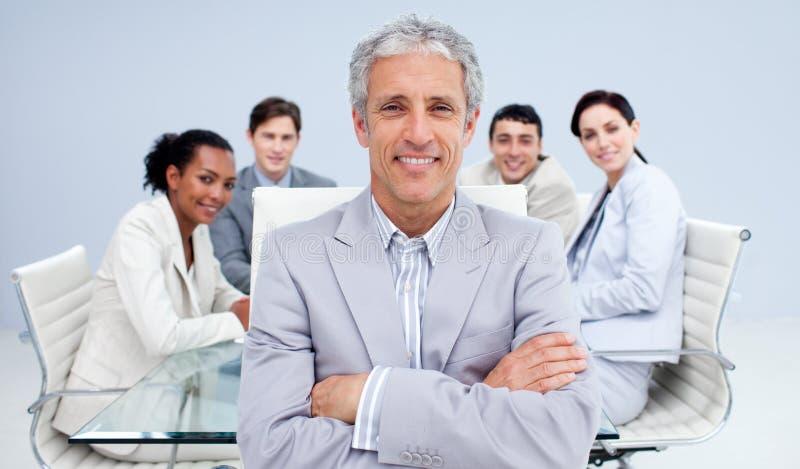 Homme d'affaires mûr souriant lors d'un contact photo libre de droits