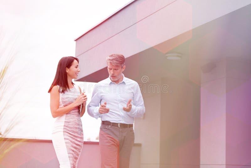 Homme d'affaires m?r discutant avec le coll?gue ? la terrasse dans le bureau photo stock