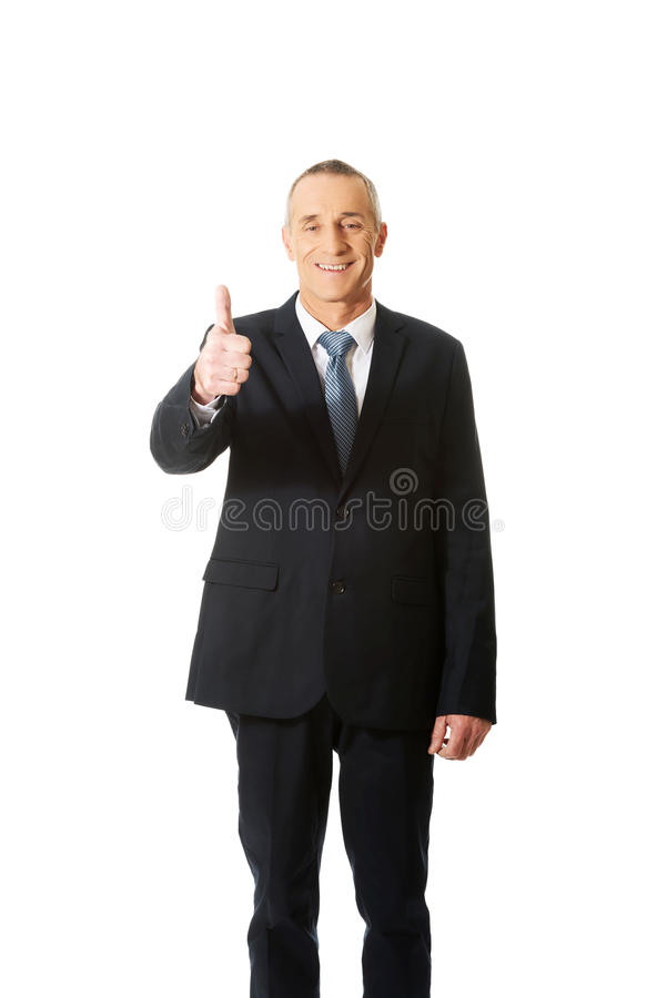 Homme d'affaires mûr faisant des gestes le signe correct photographie stock