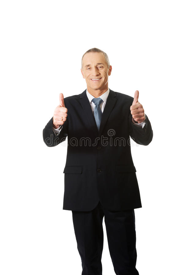Homme d'affaires mûr faisant des gestes le signe correct image stock